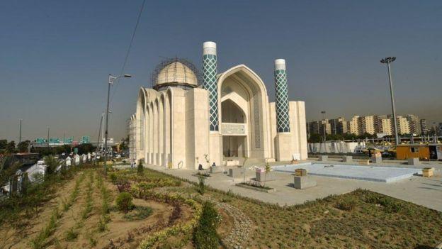 مسجد ۷۲ تن، در محدوده میدان آزادی (غرب تهران) تاکنون بیش از ۲۸ میلیارد تومان هزینه داشته است. برای مقایسه بودجه نوسازی اتوبوسهای تهران در یک سال ۳۸ میلیادر تومان است