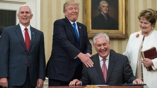 Rex Tillerson se ríe en compañía del vicepresidente, Mike Pence, el presidente Donald Trump y la esposa de Tillerson, Renda St. Clair.