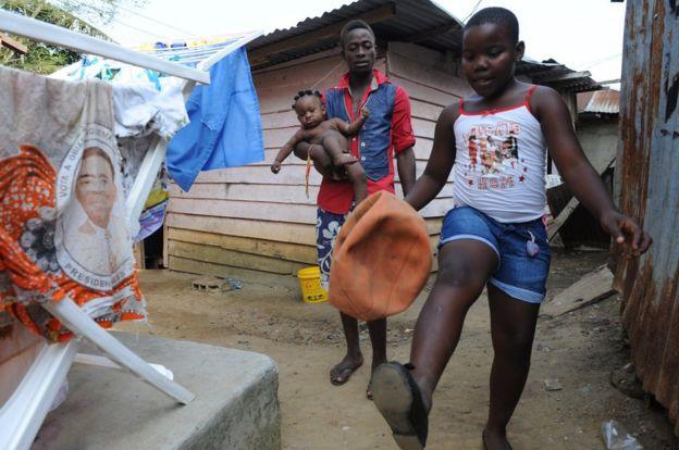 Niños juegan en el exterior de una casa en Bata, Guinea Ecuatorial