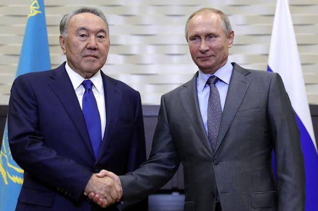 El presidente kazajo, Nursultan Nazarbayev, saluda al presidente ruso, Vladimir Putin en una reunión en Sochi en octubre.