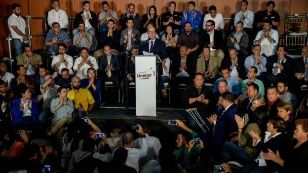 A la conferencia de prensa asistieron varios diputados y políticos opositores.