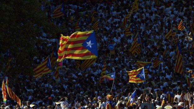 Multitud con banderas catalanas