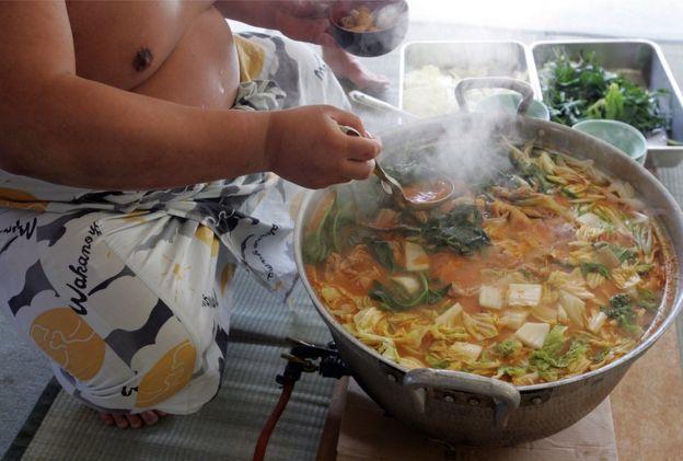 Un luchador de sumo cocina un guiso. (Foto: Junko Kimura/Getty Images)