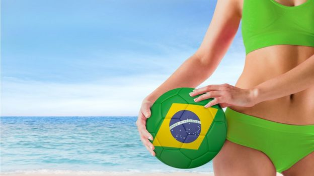 Una chica con un bikini y una pelota