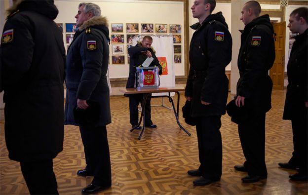 Marinos de la flotilla rusa del Mar Negro votaron anticipadamente en Sevastopol, Crimea.