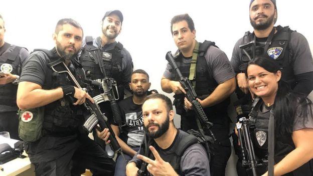 Policiais comemorando prisão em fotos nas redes sociais