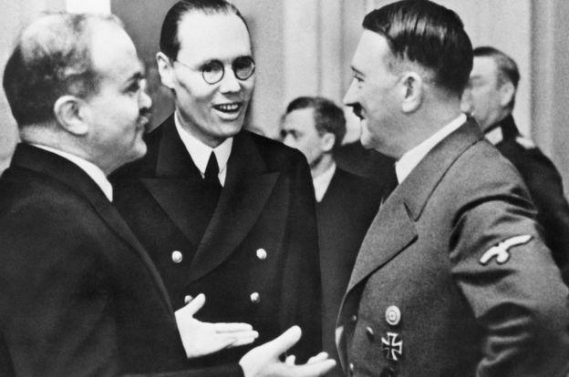 Sovet xarici işlər naziri Vyaçeslav Molotov (solda) nasist diktator Adolf Hitlerlə birgə