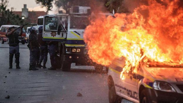 Güney Afrika'da yanan polis aracı