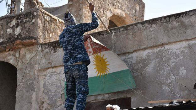 Irak Kürdistan Bölgesel Yönetimi bayrağı kaldırılıyor