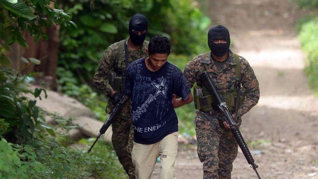 Militares salvadoreños con un capturado
