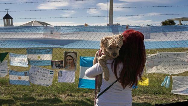 خانوادههای خدمه این زیردریایی گمشده پیامهای امید و یادگار خود را بر حصارهای پایگاه نیروی دریایی آرژانتین زدهاند.