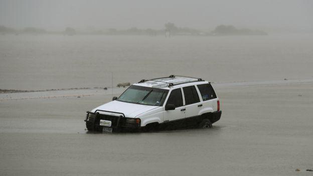 Auto varado en una inundación