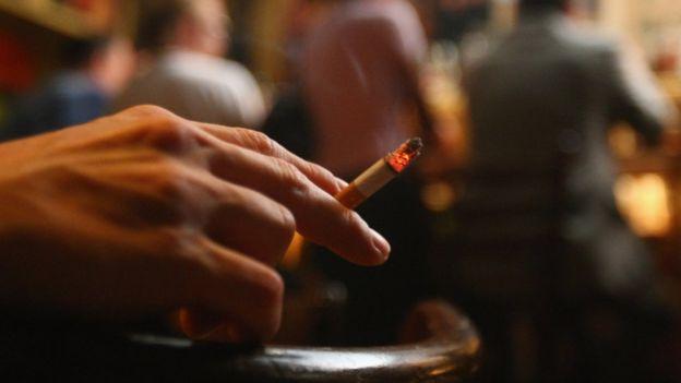 Человек курит в Doors Music Pub в Берлине, Германия, 2008 год.