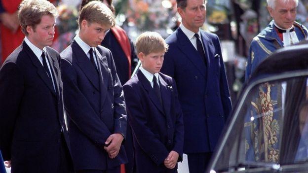 Príncipe Harry junto a su tío, su hermano William y su padre durante la procesión en Londres trás la muerte de la princesa Diana en 1997