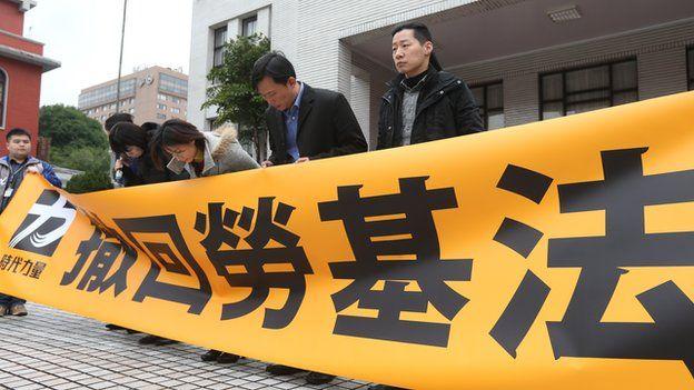 時力立委人9日在立法院議場門口舉行記者會,為無法阻擋勞基法修法鞠躬致歉。