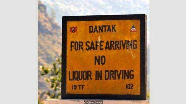 Những biển báo hài hước ở Bhutan _95589470_e0e01a13-e6cb-4f5a-ad22-710bf38663b3