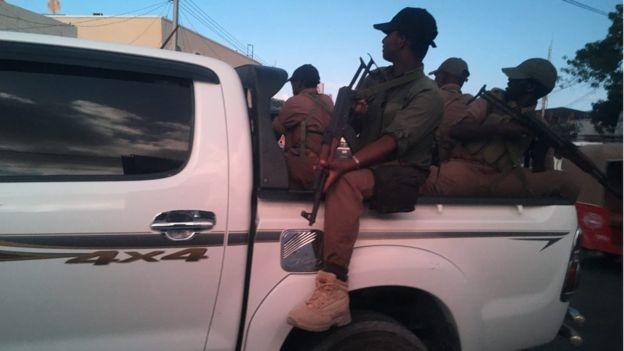 強尼‧沃德在索馬里旅行時搭乘有武裝保鑣的車輛。