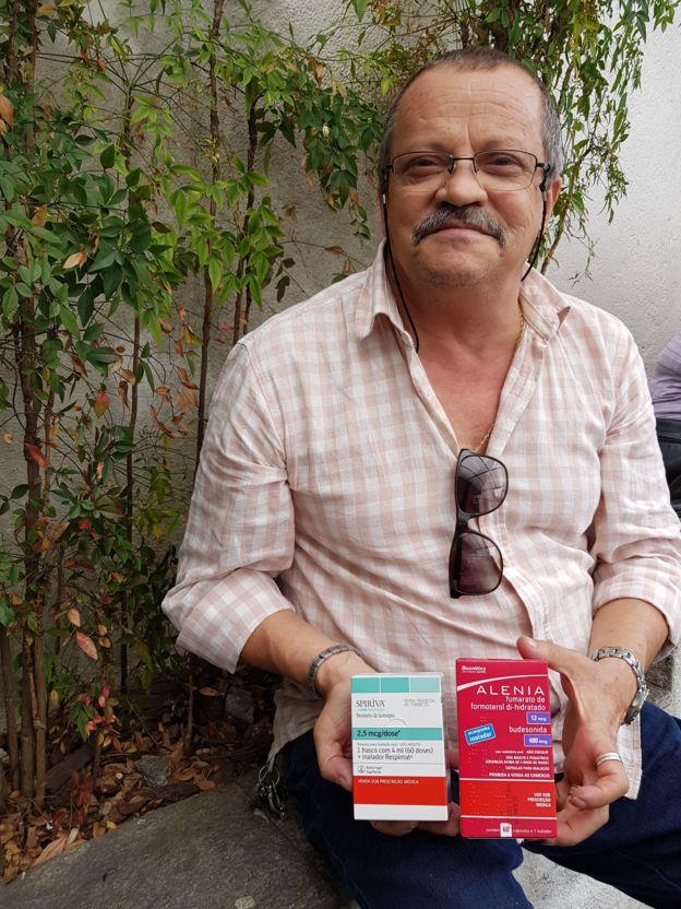 O aposentado Francisco Single com medicamentos que ele obtém na farmácia do SUS em São Paulo (SP)