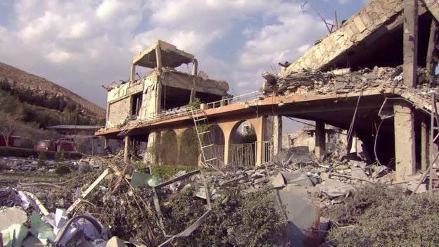 آثار تدمير مركز في برزة 14 أبريل/نيسان 2018