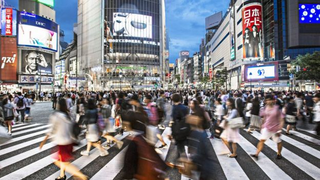 Pessoas andando apressadas em Tóquio