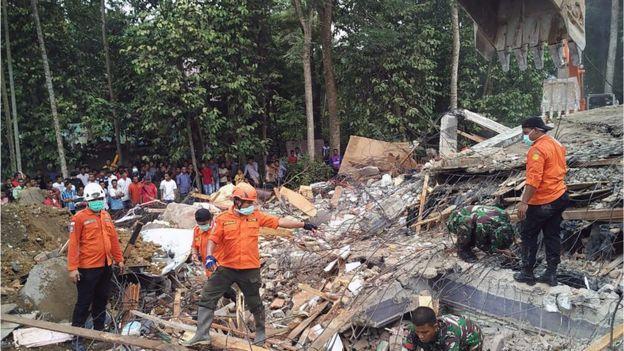 Vifusi vya jumba mkoani Aceh tarehe 7 Desemba 2016.
