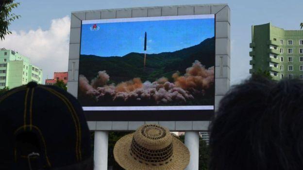 Televisión muestra lanzamiento del misil balístico intercontinental.