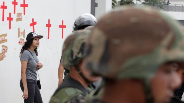 Una mujer, junto a militares hondureños.