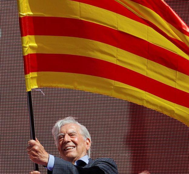 Vargas Llosa con una bandera catalana