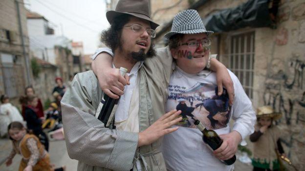 Мужчины с бутылками вина