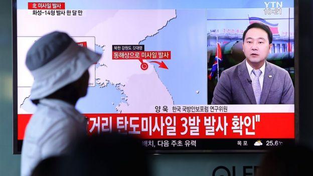Kuzey Kore'nin füze denemesini televizyondan izleyen bir Kuzey Koreli