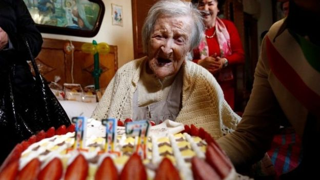 Emma Morano frente a un pastel de cumpleaños.