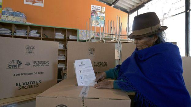 Mujer ecuatoriana vota en el referendo
