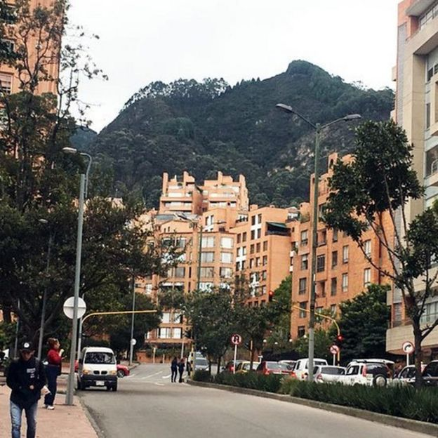 Calle empinada frente a una colina en Bogotá