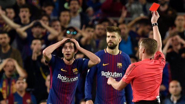 Sergi Roberto recibiendo la roja del árbitro Hernández Hernández.