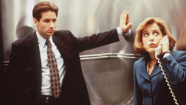 Gillian Anderson y David Duchovny de Expediente X, en los años 90