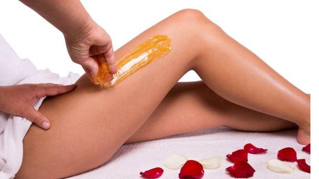 Mujer depilándose piernas.