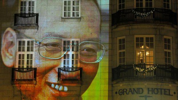 资料图片:刘晓波2010年获得诺贝尔奖后,他的影像投射在奥斯陆的一个饭店前
