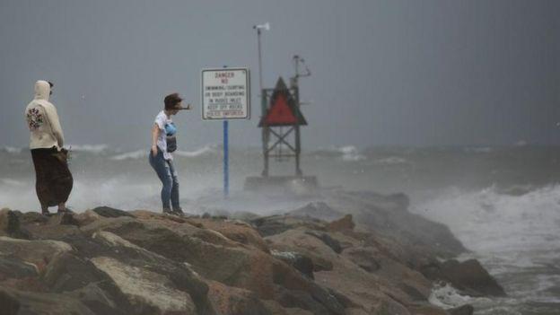 Fuertes vientos y olas en Virgina.
