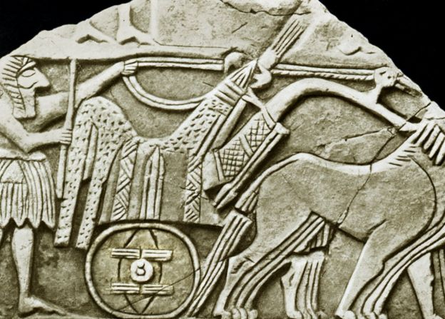 Una de las primeras representaciones conocidas de la rueda, en un bajorrelieve de un carro. Es una de las muchas esculturas en sarcófagos descubiertas en 1928 en las Tumbas Reales de Ur en la antigua Mesopotamia (ahora Irak).