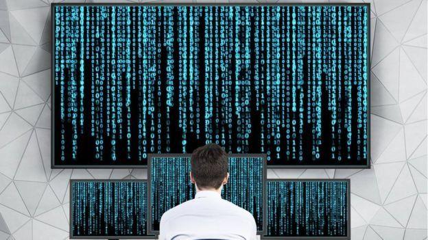 Un hombre ve una pantalla