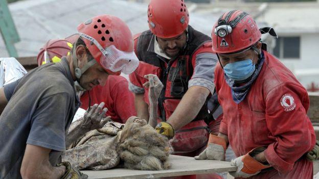 Una mujer es rescatada con vida de los escombros una semana después del terremoto de Haití en 2010