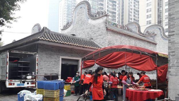 Chuẩn bị thức ăn cho tiệc tại đền thờ. Đền thờ dòng họ cũng là nơi dân làng thường gặp mặt và tổ chức những buổi lễ mừng thọ, mừng năm mới