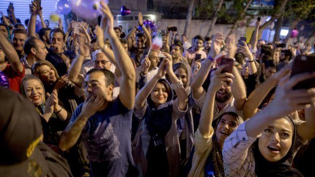 بعد از اعلام نام حسن روحانی به عنوان پیروز انتخابات شب و روز گذشته شمار زیادی در تهران جشن گرفتند