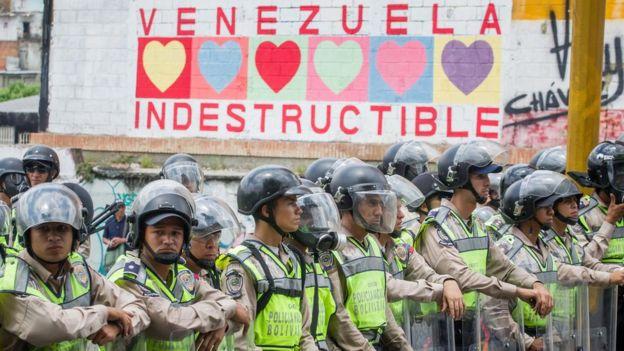 La capital del país estuvo cercada por grupos antidisturbios en diferentes zonas.