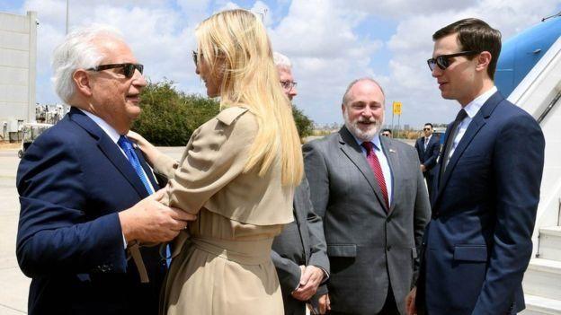 Ivanka Trump chào mừng Đại sứ Hoa Kỳ tại Israel David Friedman (trái) cùng chồng Jared Kushner (phải) tại sân bay quốc tế Ben Gurion