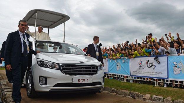 Papa é aclamados por jovens em viagem à Coreia do Sul