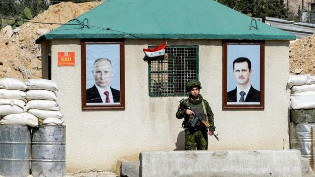военный пост с фотографиями Путина и Асада