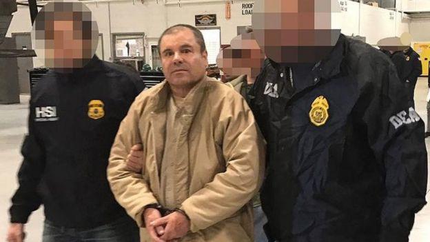 El Chapo Guzmán es custodiado por policías de la DEA.