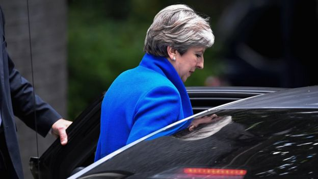 Primera ministra Theresa May saliendo de Downing Street camino a una audiencia con la reina Isabel II el día después de las elecciones generales británicas.