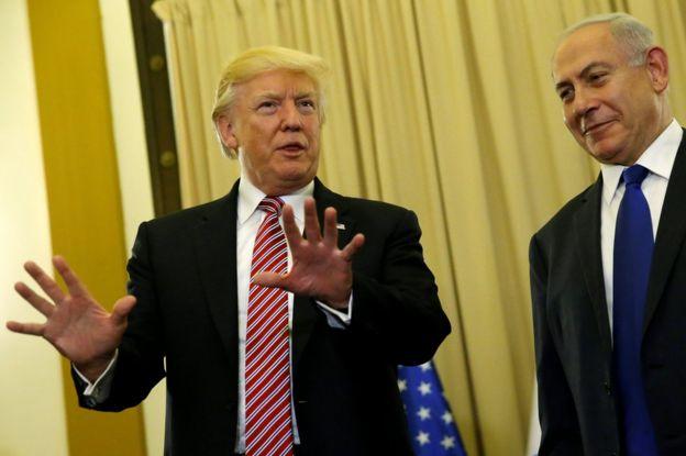 الرئيس الأمريكي دونالد ترامب (يسار) أثناء لقاء مع رئيس الوزراء الإسرائيلي بنيامين نيتنياهو